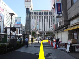 ③右手へ進んだら横断歩道は渡らずに右折します。