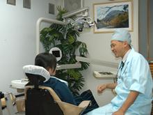 平成元年の開設から地元の皆さんの信頼を受け、充分に吟味された最新の歯科設備と技術、的確な診断と歯科治療を提供してきました。 JR錦糸町駅から近く、緑・立川・菊川からも便利な場所にあります。何でお困りですか?歯科医院に何をお求めですか?東京都墨田区錦糸町江東橋の小笠原歯科医院では患者さんと一緒に治療を考えていきます。スタッフには、若さと情熱にあふれた歯科衛生士、経験豊かな歯科衛生士、気軽に相談出来る歯科受付など、優秀なメンバーがそろっています。 年齢を問わず、皆さまの歯科に対する疑問や不安にお答え出来ると信じています。 常に歯科の患者さまにとって良い治療とは何かを考えています。 もちろん不可能なこともありますので必ずとは言えませんが、小笠原歯科医院は最善を尽くしています。病気は、本人が治りたいと思わないとうまく治りません。その為には自分がどのような病気にかかっているのかを知る必要があります。 ある意味で自分の病気のプロフェッショナルになっていただきたい。 充分な審査とカウンセリングの上で、処置方針の決定をします。 ムシ歯の確認にはレーザーを利用したカリエスチェッカーを使用し、より確実性を高めています。出来れば、皆さま全員に健康になって欲しいのです。治療用にレーザーを導入しました。同じ治療が、今までより痛みが少なく、またより確実になりました。治療期間の短縮にも効果があります。 ただし、このレーザーは歯は削りません。歯を削るのは従来の方法の方が効率的で確実です。
