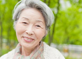 ムシ歯や歯周病で歯がなくなったら、なくなった歯を補ってあげなくてはなりません。 そのままだと物が噛めないだけでなく、歯はどんどん動くので治療も難しくなります。一番簡単な方法は義歯(入れ歯)です。 義歯だからと軽く考える方がいらっしゃいますが、物が噛めるということは大切なことなのです。寝たきりに近い生活をしていた高齢者の方が、口の中を治しきちんと噛める義歯を入れたところ、毎日のように出かけるようになった例もあります。