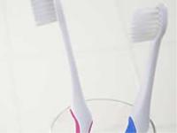 歯科医院へ行くと必ずというほど言われるのが歯ブラシの使い方についてです。これが嫌で歯科医院に行きたくない人もいるかもしれません。ですが、歯ブラシの使い方が巧くいかないと、またまた歯医者の世話になることになります。どうしてでしょう?歯科の病気、ムシ歯や歯周病はいずれも細菌が原因の病気です。口の中の細菌は、目で見ることが出来ます!これがプラークです。これは、うがいくらいでは落とせません!必ず歯ブラシ等で落としてあげなければ落ちません。歯ブラシも、嫌々していると辛くなるだけです。でも、きちんとプラークが落とせるようになると、不思議と楽しくなります。皆さんは歯ブラシを使っていて楽しいですか?楽しくないのであれば、まだまだ本当の歯ブラシの使い方を知らないと言って良いでしょう。 知りたい方は、当院へ!